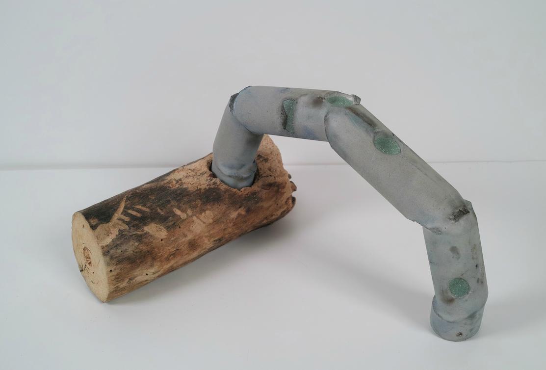 Puente  . De la serie Adaptaciones. Cemento, cera, esfera reflectiva y madera. 30 x 40 x 20 cm FECHA