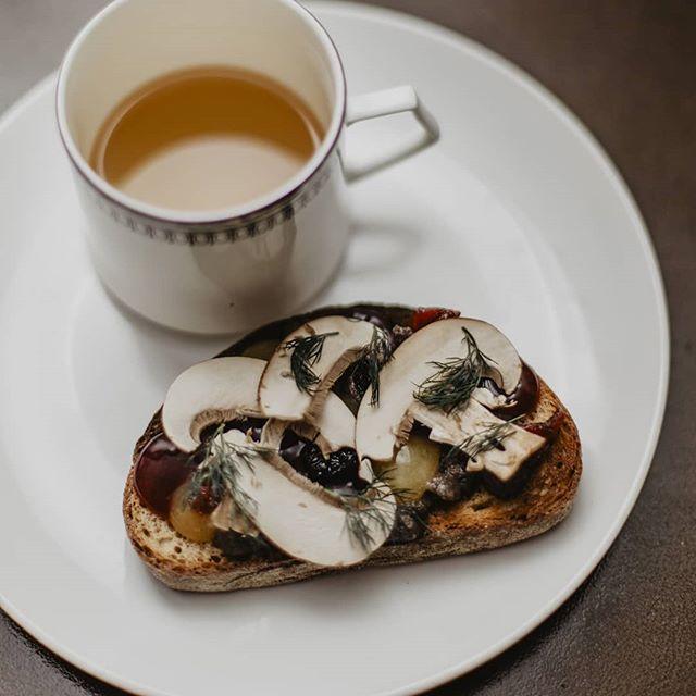 Mushroom Toast with Dashi Tea . .mushroom mousse/peach gel/blackcurrent gel / dill / dried berries 📸@shelbybellaphotography 🥘@mcarterfood