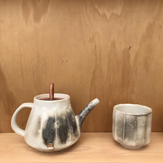 I don't make very many teapots, but have started to recently. I'm super happy with how this one turned out! ————————————————— #ceramics #ceramic #clay #pottery #tea #teapot #やきもの #お茶 #art #design #kitchendesign #tableware #湯のみ #porcelain #copper #bellevue #bellevuedowntown #slc #slcart