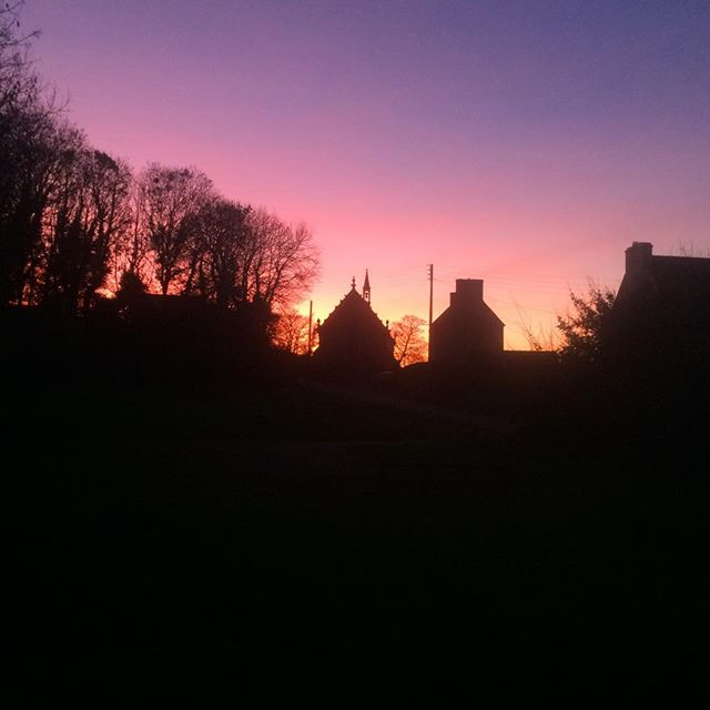 Lumière du soir sur la chapelle #Bretagne #finistère