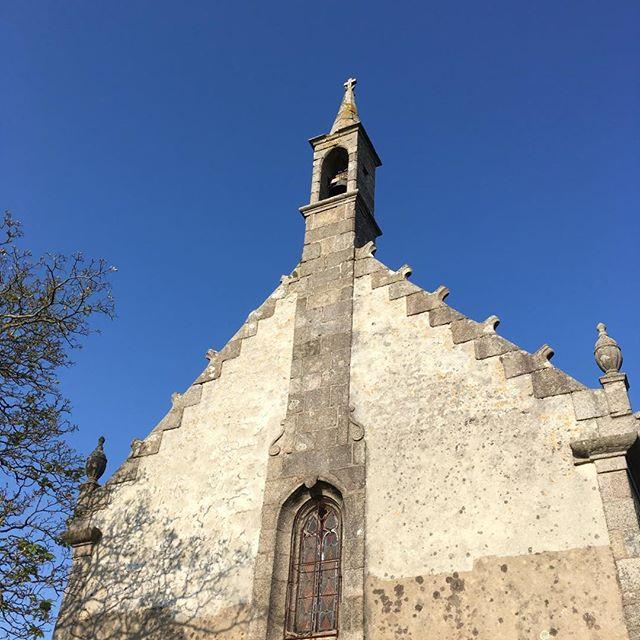 Ciel bleu sur la chapelle