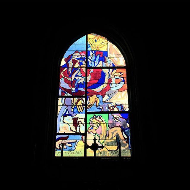 Le vitrail de la chapelle réalisé en 2012 par Aurélie Habasque-Tobie, Michel Thépaut et un groupe de volontaires #vitrail #bretagne #finistère #tourismefinistere #tourismefrance #tourismebretagne #breizh