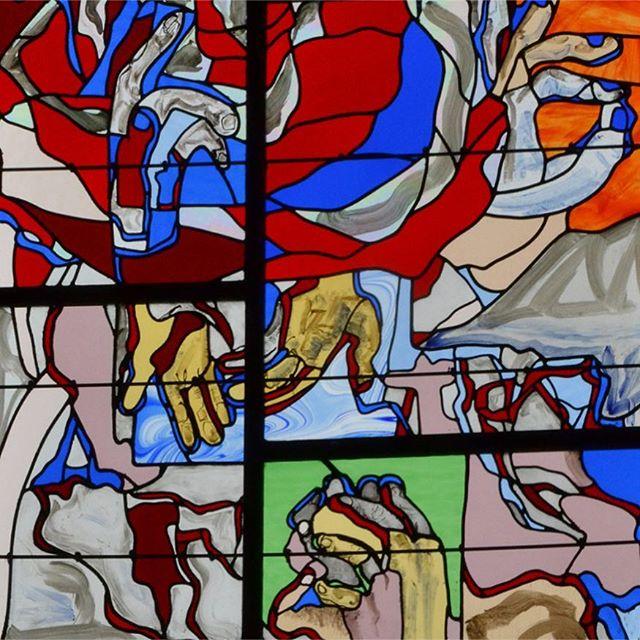 """""""Nous on aimait bien venir fleurir la Vierge"""" - D'une Dame a l'Autre, nos pensées sont avec #NotreDame de Paris 🖤 - Le patrimoine, c'est la trace vivante de notre histoire commune, il est de notre responsibilité de le préserver et de le faire vivre pour le transmettre aux générations futures. - Le vitrail de la Chapelle de Brendaouez, dédiée a Notre Dame des Carmes est une oeuvre collective de Guisséniens: Jean-François Couchouron, @sylviedeguisseny, Yvon Gac, Marie-Claire Stéphan, Annie Ellegoet, sous la direction artistique de Michel Thépaut et la direction technique de Aurélie Habasque-Tobie #vitrail #patrimoine #bretagne"""