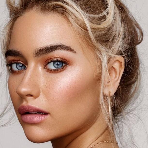 الوان النود عادة ما تناسب صاحبات البشرة القمحية، يمكنكاختيارها بدرجات ظلال الجفون البيج مع لمسة لامعة لإبراز  لون عيونك، ولابأس بلسمة لامعة من أحمر الخدود البرونزي، لإبراز عظمتي الوجه. . #askastylist #askastylistme #makeup #summer #dubai #riyadh #cairo