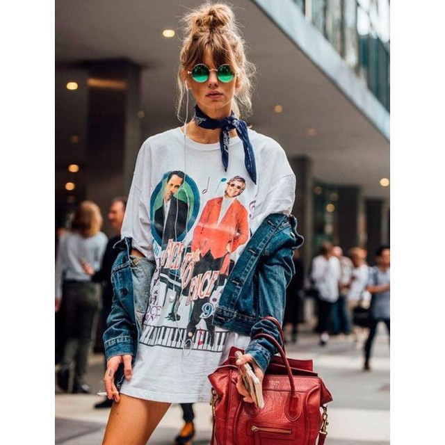 A street style outfit inspiration, with the slik scarf and the denim jacket. It looks so effortlessly chic. . #askastylist #askastylistme #fashionstyling #streetstyle #dubai #cairo #jeddah #riyadh #cairo