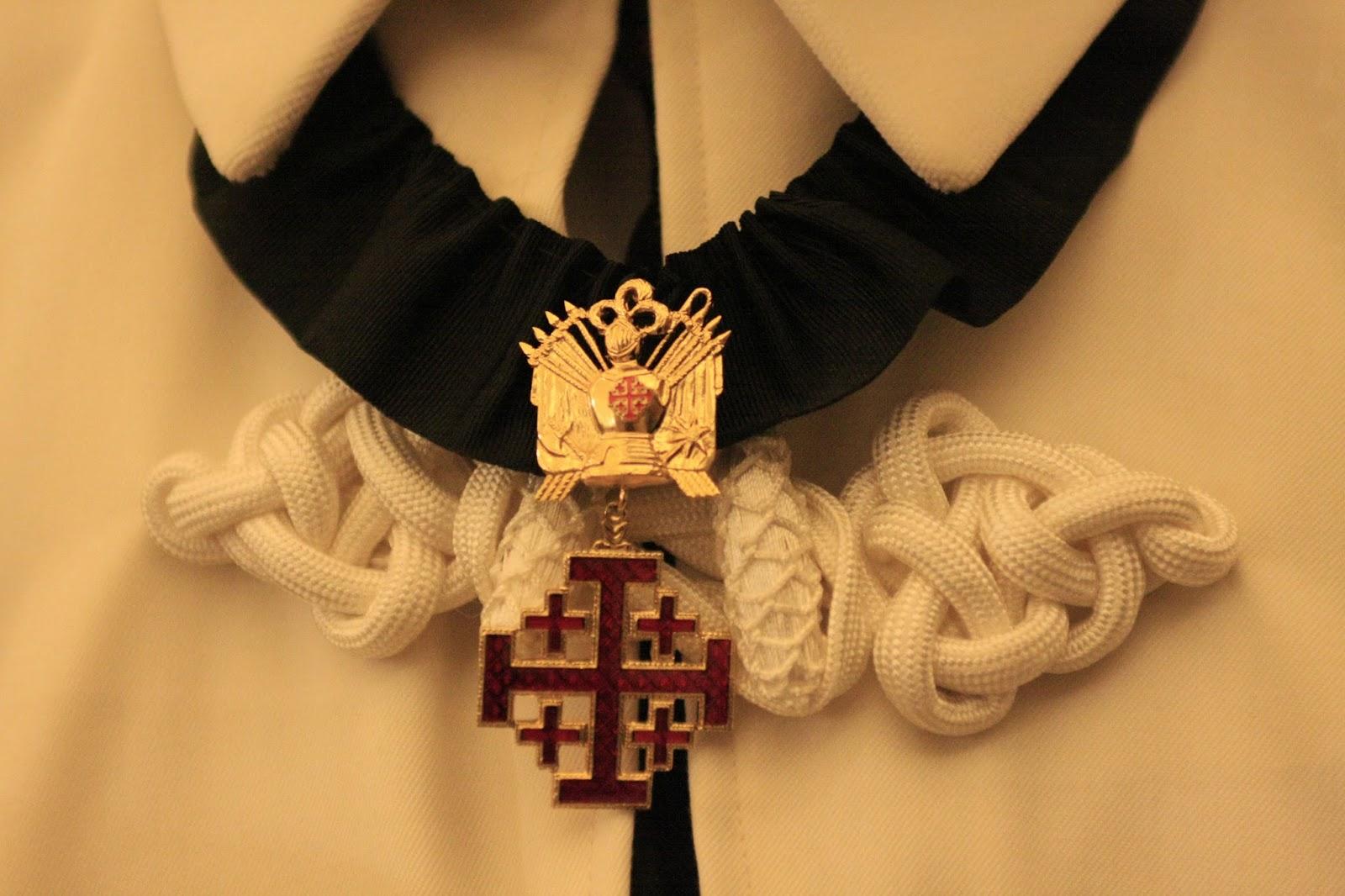 Ridderens insignier: Jerusalem korset med et kors for hver af Jesus' fem sår