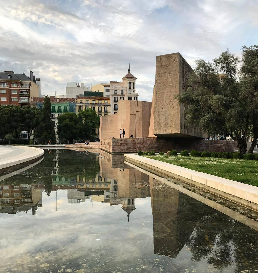 An amble in the park.  -  #spain #madrid #publicpark #citylife (at Madrid, Spain)