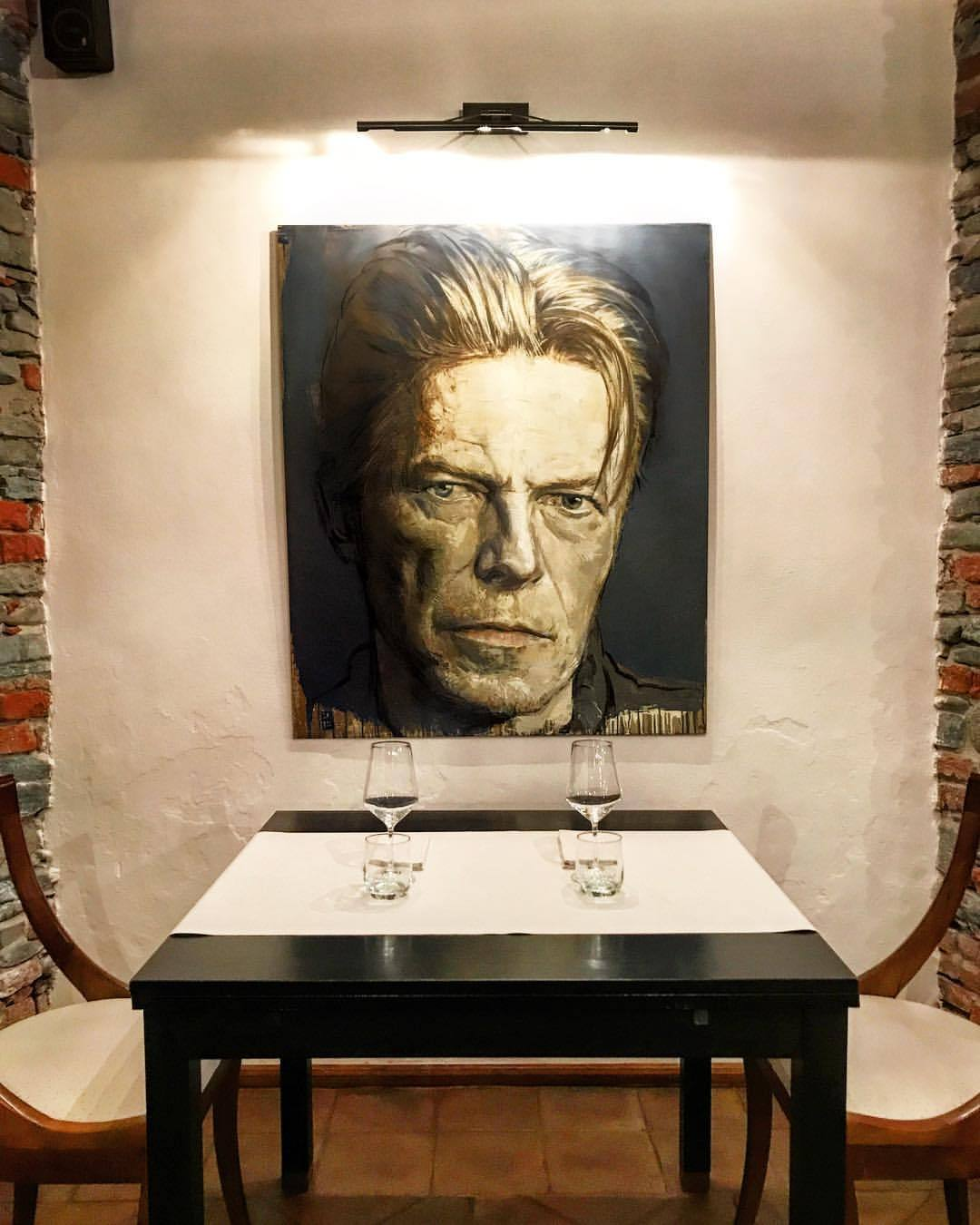 Dinner with Bowie.  -  #italy #piedmont #art #bowie #ziggystardust  (at Dogliani)