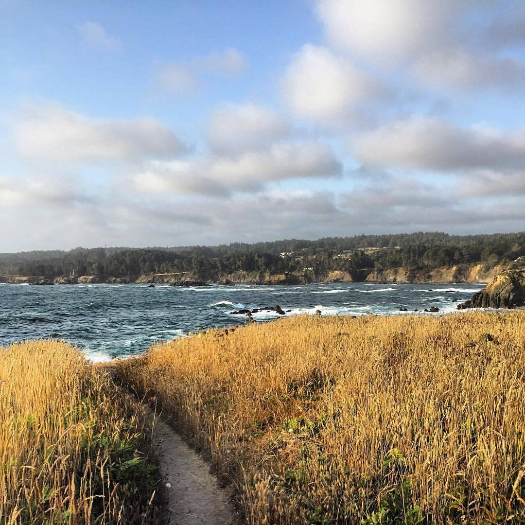 Cliff walk.  #california #mendocino #autumniscoming🍁  (at Mendocino Headlands State Park)