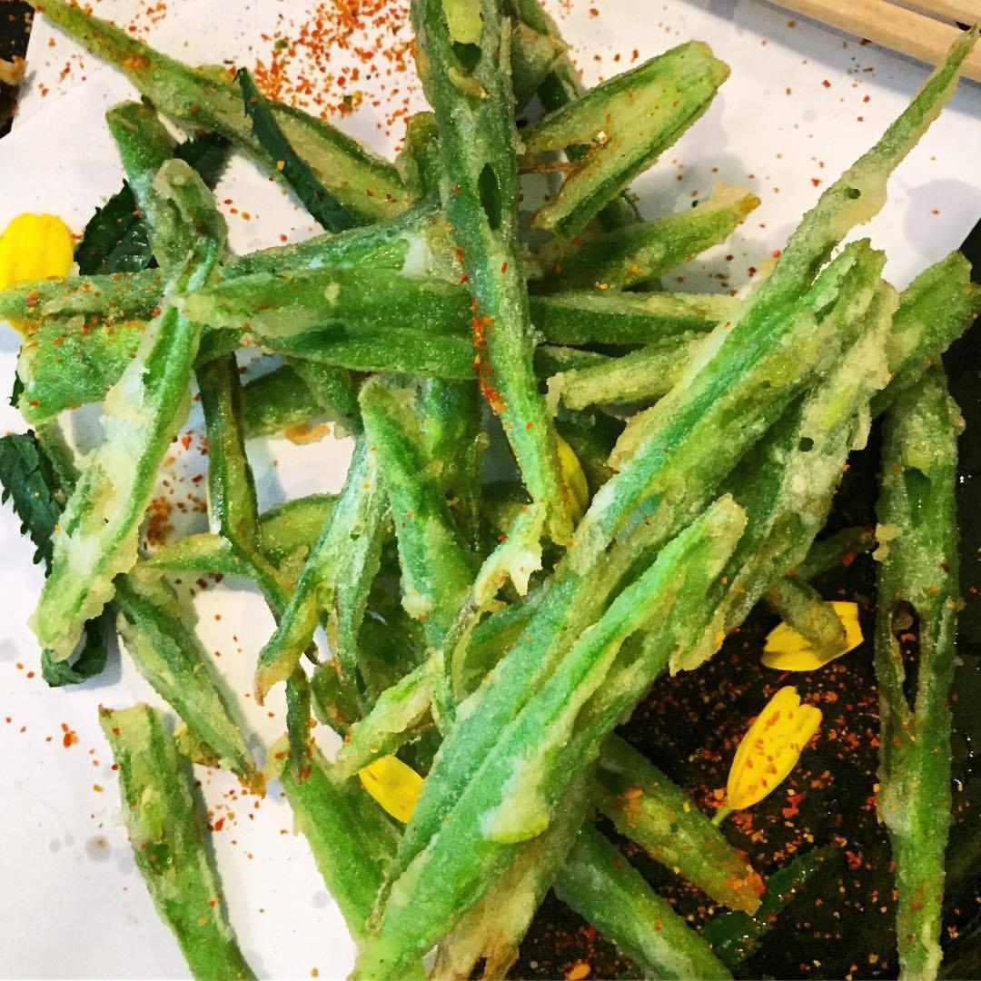 Broad bean tempura with chrysanthemum and a hefty dose of Shichi-mi tōgarashi heat.  #uk #england #greenfood #japanesefood  (at Koya Bar こやバー)