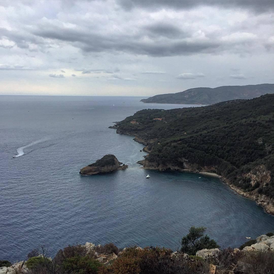 Elba's elbow.  #italy #tuscany #tyrhenniansea #summerwinds   (at Italy, Island Elba, Marina Di Campo)