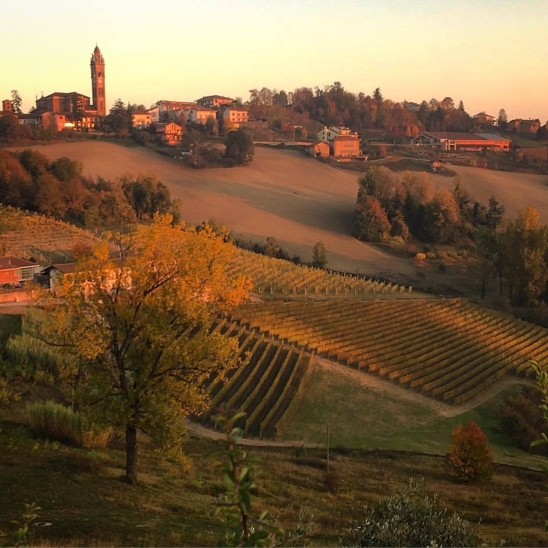 The hills admiring the sunset.  #italy #piedmont #autumnsky  (at Bossolasco)