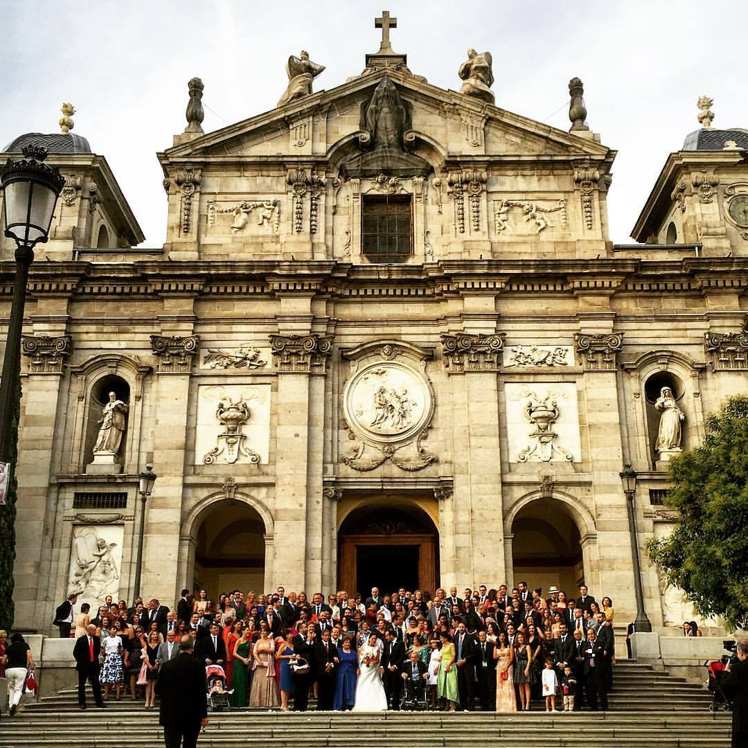 Wedding pictures with all of the celebrants on the church steps.  #spain #madrid #tradition  (at Parroquia de Santa Bárbara)