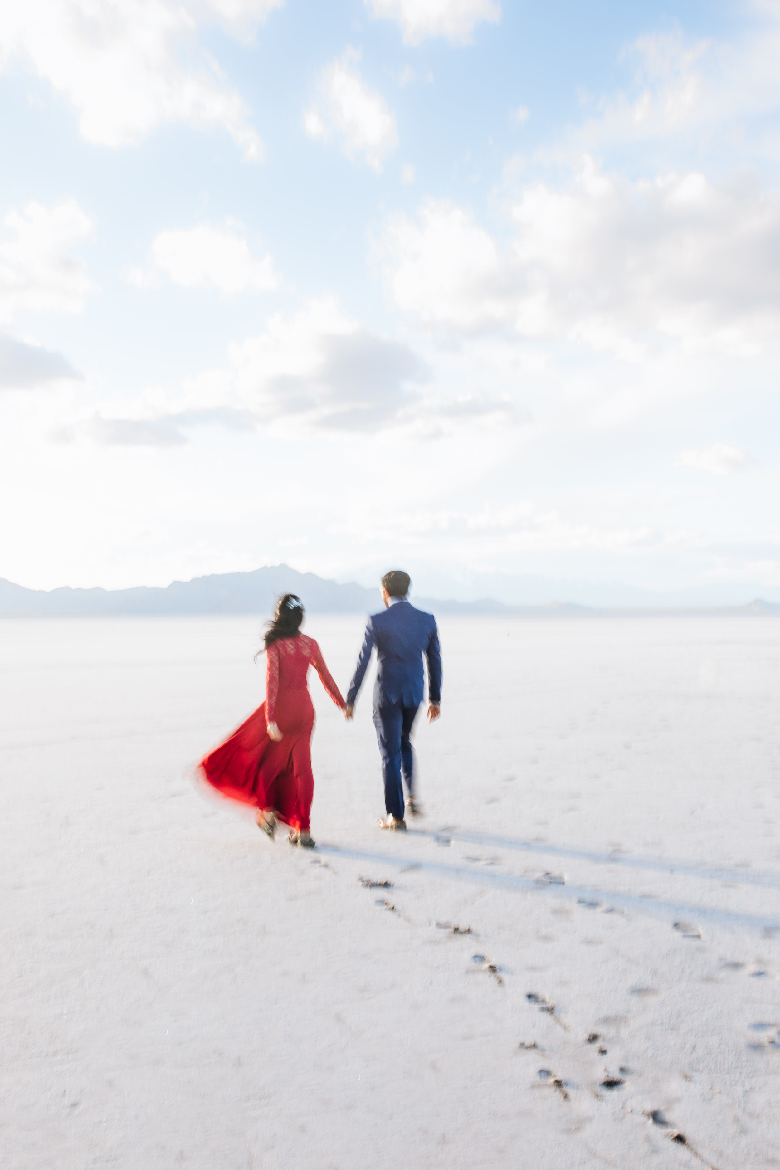 bonneville-salt-flats-engagement-couple-photos-destination-wedding-photography-9.jpg