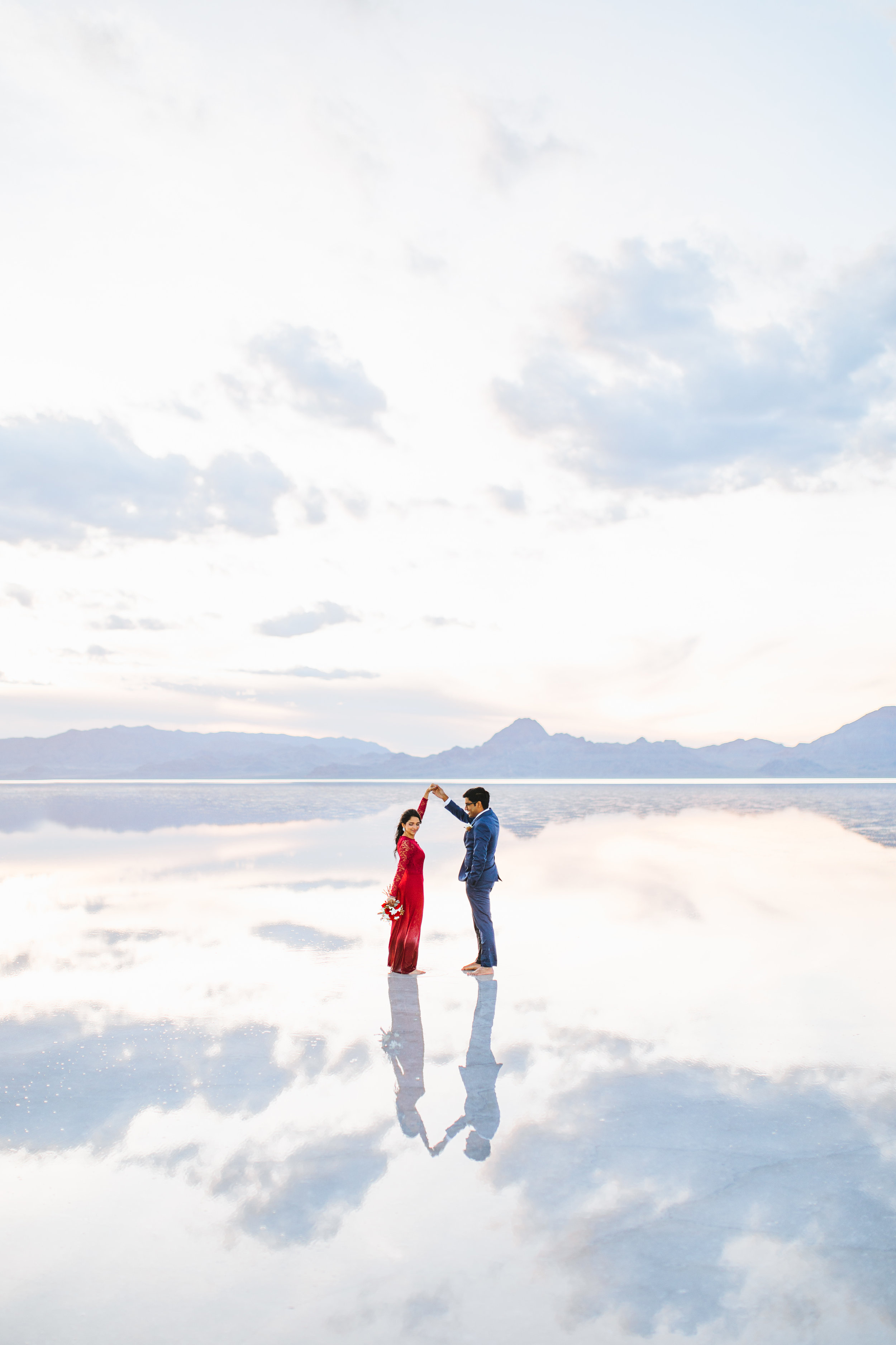 bonneville-salt-flats-engagement-couple-photos-destination-wedding-photography-15.jpg