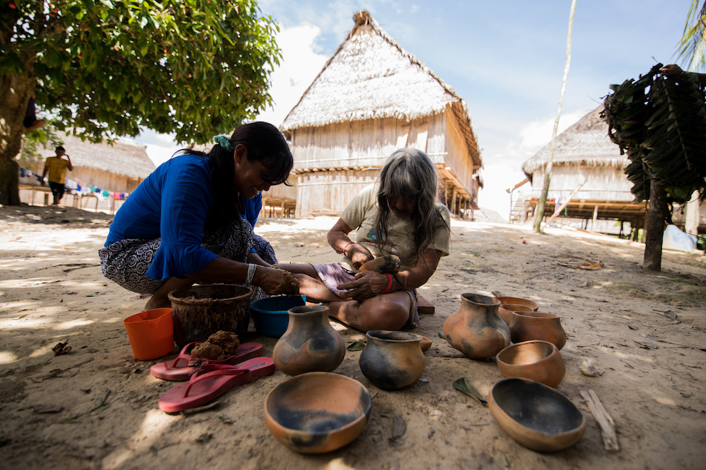 Rosa working with her daughter and teaching the method of painting the geometric designs, more ancestral transmission in action. Marubu — Matsés.
