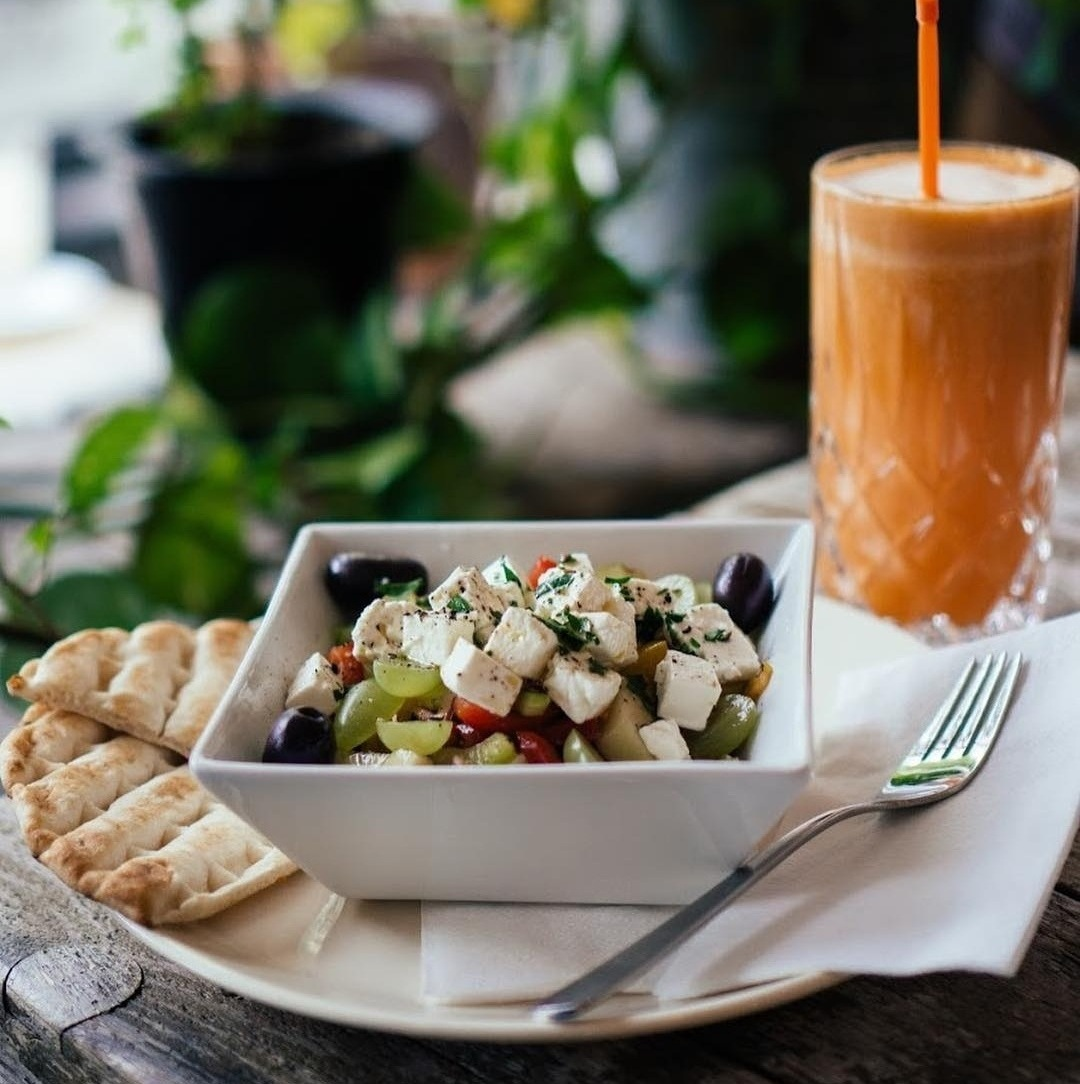 Salad with flatbread and smoothie at KleinMein Coffee
