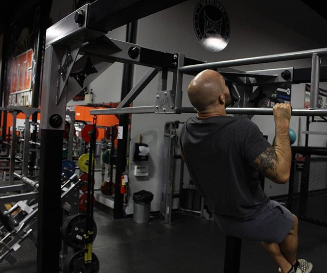 Pull ups for those wings!😤 . . 💥A common mistake people make when performing pulls up and chin ups are that they're using too much of their biceps to lift themselves up towards the bar! 💥Keep your scapula retracted and depressed to gain the most from these exercises!🤘 💥Want simple tips that can enhance your performance? Check out our app for programs!😊 . . .  Www.mavperform.com  #mpcfitnessapp #burlingtontrainingcentre #toronto #torontofitness #fitness #fitnessaddict #mma #mixedmartialarts #sportstraining #pullups #chinups #scapula #weightloss #motivation #fitnessmotivation #fitspo #athlete #boxing #sports #backday #burlingtonfitness #hamiltonfitness #hamilton