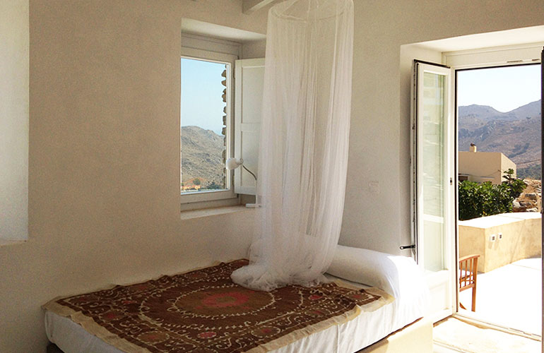 PACKAGE 1 - DOUBLE ROOM WITH PRIVATE BATHROOM  Features: Double bed, air conditioning, common kitchen / lounge area and terraces