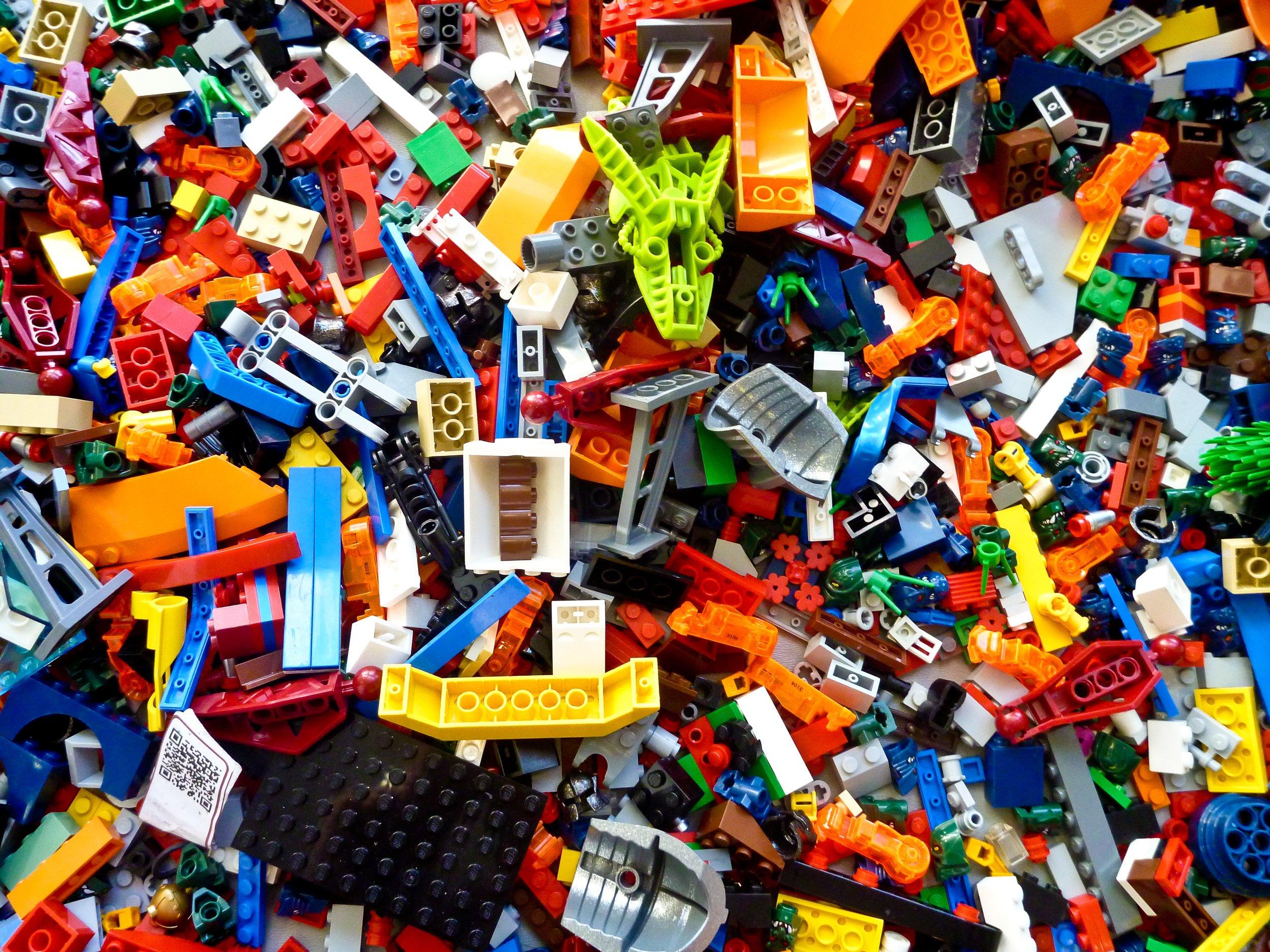 Eräs äiti kertoi lajitelleensa legot värien mukaan vapaapäivänään. Minä en voi sanoa, että meillä legot olisivat edes laatikossa, ainakaan samassa laatikossa. Koska tiedän monta minulle tärkeämpää asiaa vapaapäivänä.