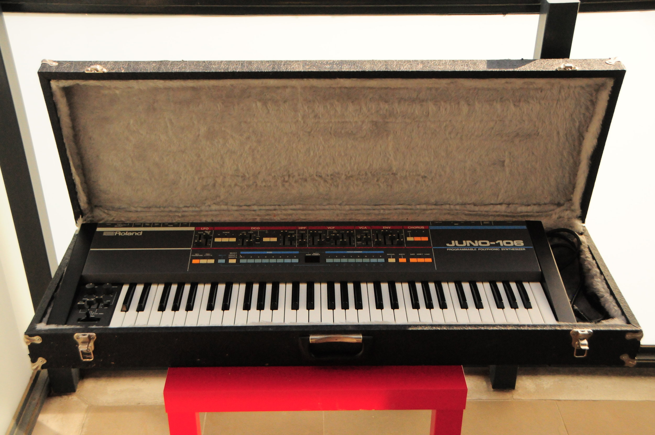 Roland Juno 106 + Flightcase.JPG