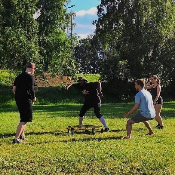 Sunnuntaina juhannuksen jälkimainingeissa pelattiin Tampereella taas viikkokisat. Jälleen tehtiin Viikkokisojen osallistujaennätys: 22 pelaajaa! 😎 . Voittaja oli tällä kertaa Tuomas! Hyvä Tuomas! . Ensi sunnuntaina 28.6. taas pelataan Nalkalassa, be there! . Kiitos @m4ttym4tty kuvista🤜 . #spikeball #roundnet #roundnetfinland #spikeballfinland