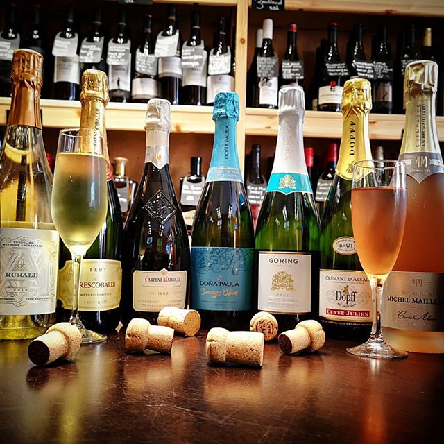 How is sparkling wine made? What is the champagne method? Can you make a sparkling red wine? Can sparkling wine work with food? On Monday 01.07.19 Anne will answer all these questions and more at our Sparkling Wine Masterclass (£20per person). If you can't make it, we will also be running a 5 course sparkling wine tasting menu from Tuesday to Saturday. Ring us on 624777 or email relax@winedown.im for more details or to book your table 🍾 #champagne #prosecco #wine #winedown #iom #isleofman #welovewine #masterclass