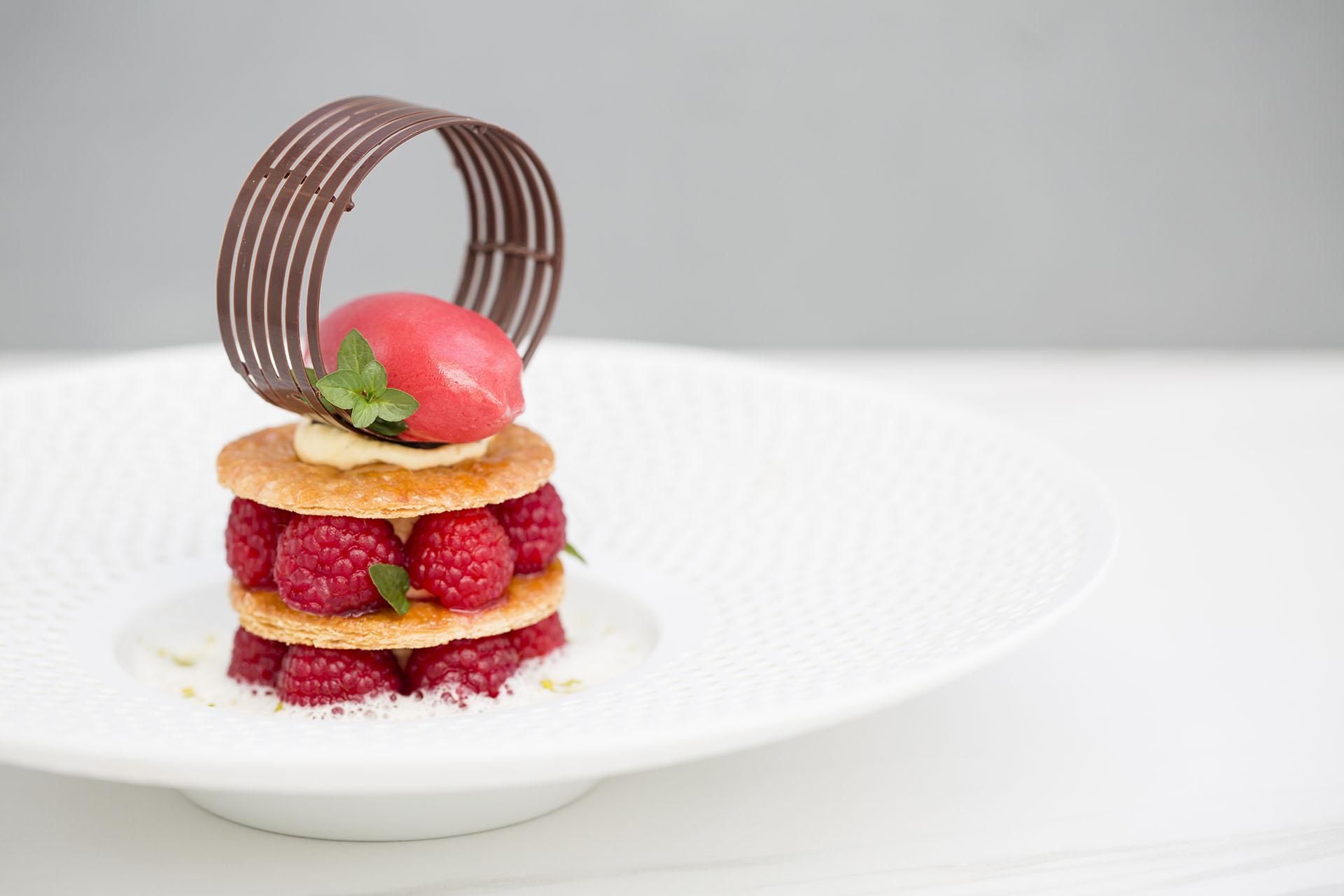 dessert-mille-feuille-himbeeren-bernd-schuetzelhofer-kochbuch-einfach-perfekt.jpg