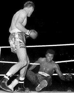 - Saved by the bell and a cushioned fall on the ropes, Ali managed to regain himself and his superiority, before winning halfway through the 5th, with the ref stopping the fight in the American's favour.