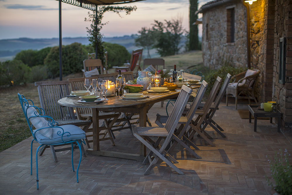 CYCLING-YOGA-RETREAT-TUSCANY-EXPERIENCE-RETREATS-outdoors-dining.jpg