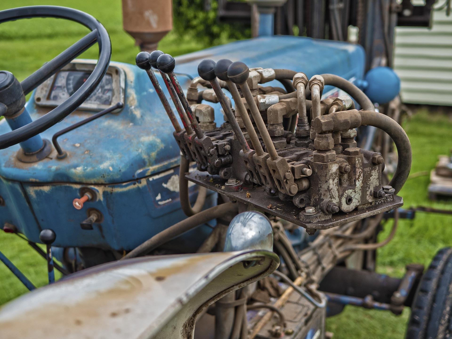 tractor-1184138_1920.jpg