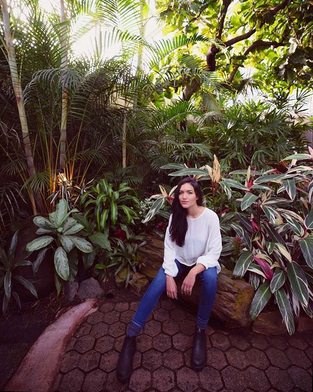 When you wake up to -3C and are dreaming of a tropical escape... like Hawaii🤩, but realize you have to work, head over to the Bloedel Conservatory, Vancouver's very own lush paradise❤️ Prepare to sweat😅💦 #veryvancouver #bloedelconservatory Thanks @silenerazo for exploring Vancouver with me... and looking flawless in that heat🔥
