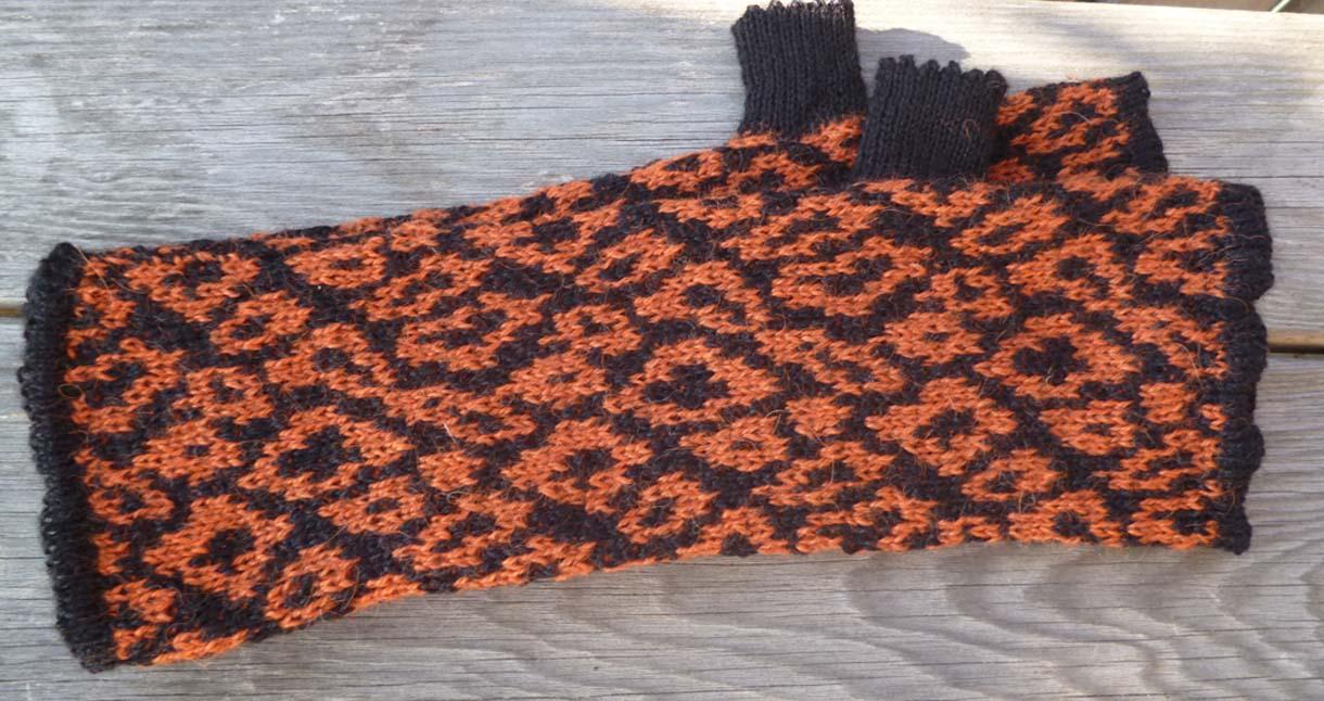 Leopard wristwarmer  terracotta/black .jpg