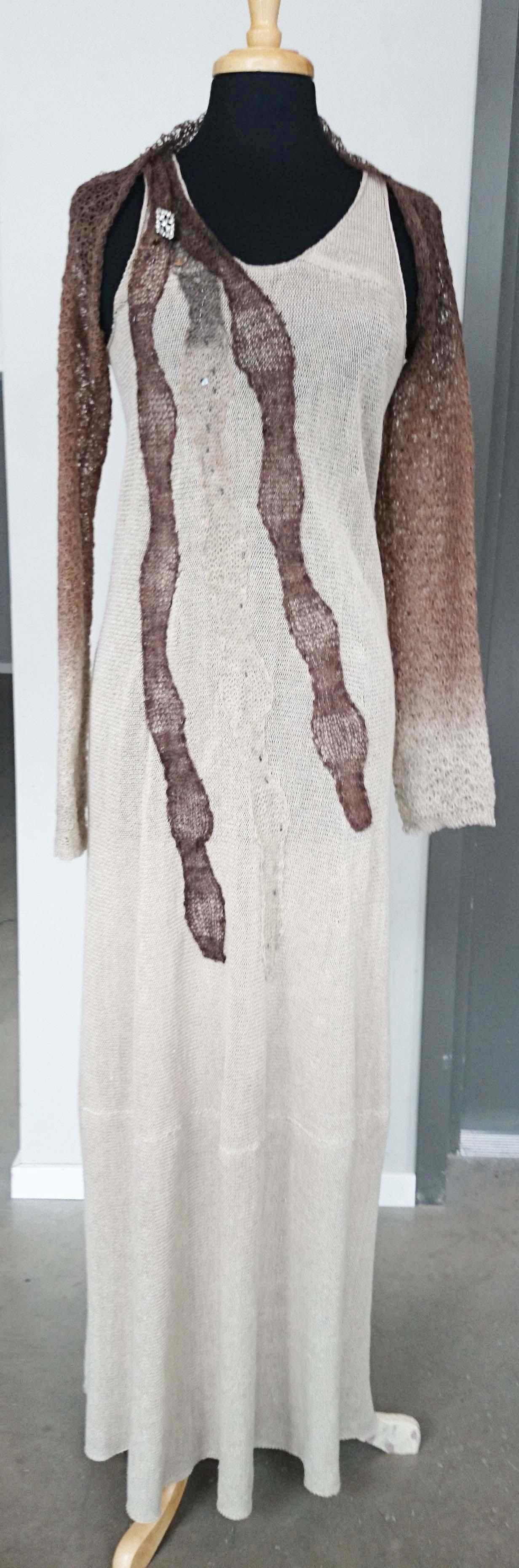 Lin klänning med brun ull dekoration.jpg