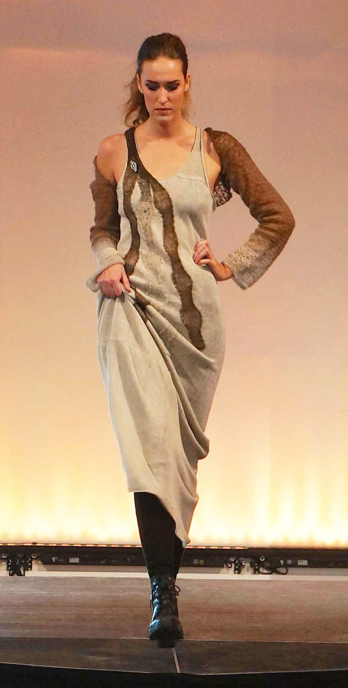 Lin klänning med ekoull dekoration visning.jpg