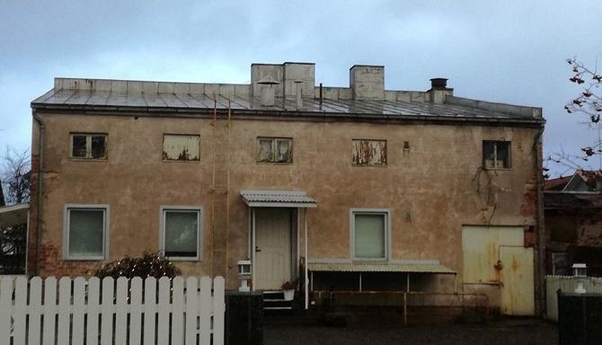Porin kuudennessa kaupunginosassa toimi useita yleisiä saunoja, joista Koskenlumen sauna sulki ovensa 1970-luvulla. Kuvassa näkyvä saunarakennus sisälsi naisten ja miesten puolen, ja lisäksi saunan yhteydessä toimi pesula ja parturi. Oven yläpuolella näkyy vielä SAUNA-teksti. Porin viimeinen yleinen sauna toimi niin ikään Kuudennessa kaupunginosassa ja sulki ovensa 1982.   6    Kuva: Sanna Kuusikari.