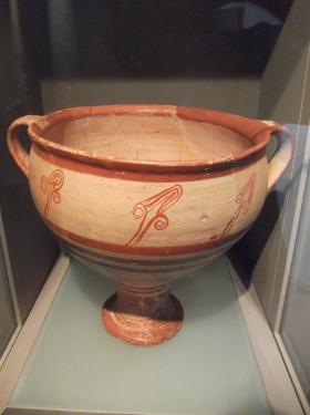 Kukka-aiheilla koristeltu mykeneläinen krateeri, jota käytettiin todennäköisesti viinin ja veden sekoittamiseen. 1300-luku eaa. (N.P. Goulandris Collection. Kuva: Visa Helenius)