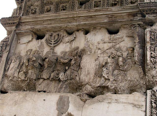 Via Sacran varrella Forum Romanumin Colosseumin puoleisessa päässä sijaitsevan Tituksen riemukaaren sisäreliefi kuvaa vuoden 71 triumfia. (Kuvalähde:    Dnalor_01/Wikimedia Commons   , CC-BY-SA 3.0)