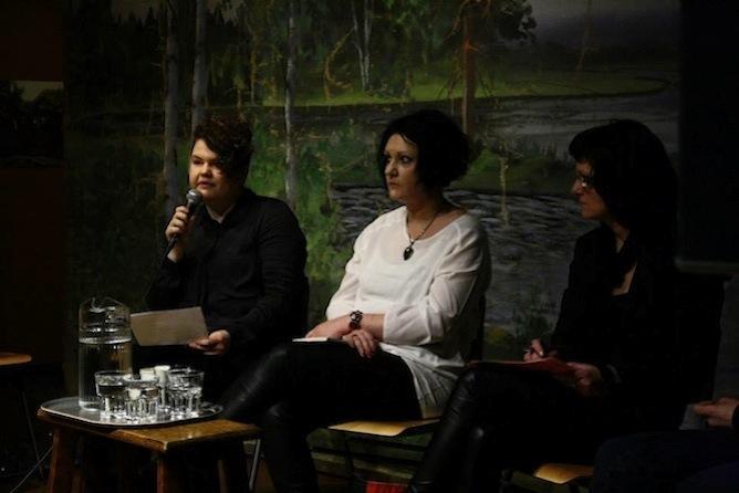 Ella Paija (vas.), Hanna Hauru ja Tuija Välipakka Ei saa koskea -paneelissa.