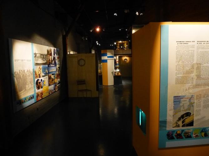 Risteilymatkustuksen historiaa -näyttelyn yleinen ilme näyttelyn alkuosassa.