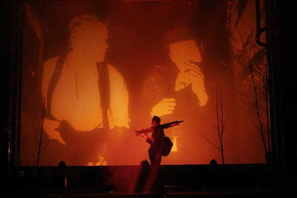 Tuntemattomassa sotilaassa koko Kansallisteatterin Suuren näyttämön tila otettiin käyttöön. Kuvassa Koskela (Timo Tuominen) lavalla, lavan alapuolelle sijoitetusta korsusta screenille kuvattuna Lammio (Antti Luusuanniemi) ja Rokka (Henry Hanikka). Kuvaaja Antti Ahonen.