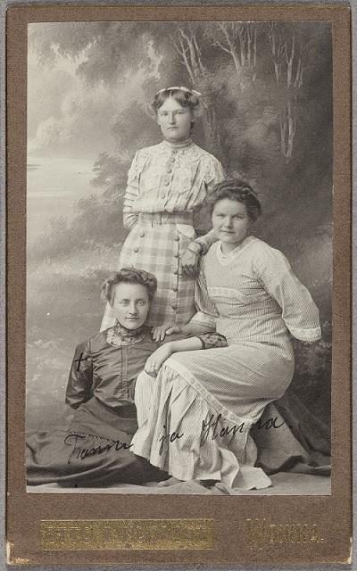 Nuoria naisia Voikkaalla 1900-luvun alussa. (Suomen valokuvataiteen museo, valokuvaaja Otto Lindqvist).