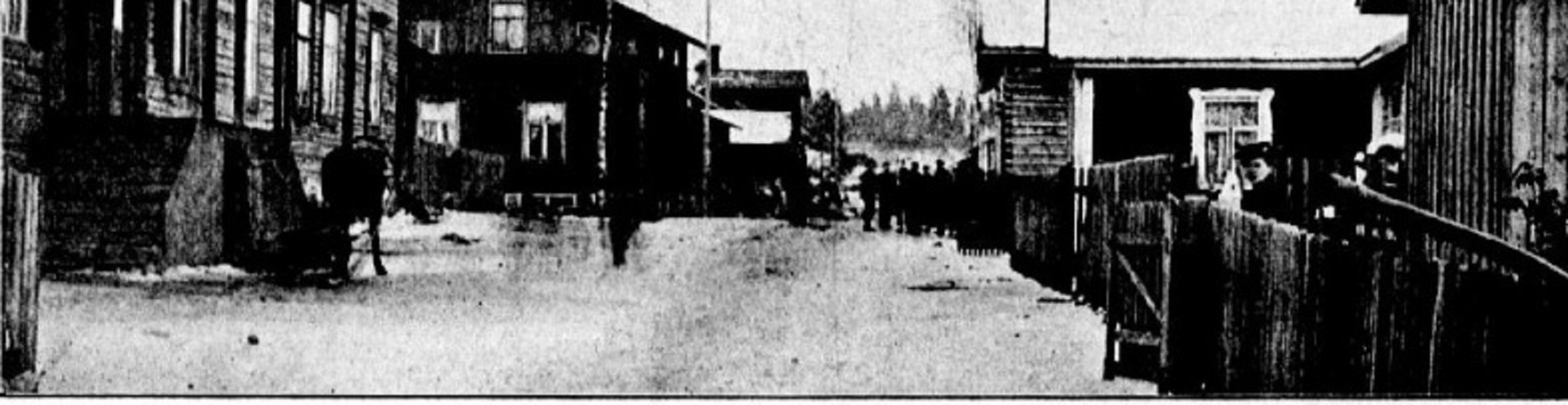 Kuva Lukutupa -lehdestä 9.11.1904. Kuvassa työntekijöiden asuntoja ja taustalla lakkolaisia.
