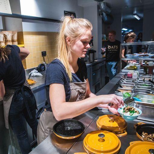 Het Laatste Nieuws - BROER EN ZUS OPENEN EERSTE HAVERMOUTBAR VAN HET LAND IN NEDERKOUTER (16/11/2018)Gent heeft er een culinair unicum bij. In de Nederkouter opende vrijdag 'Oats Day Long': de eerste havermoutbar van ons land. Naast een klassieker met granola en honing kan je er ook proeven van hartige havermoutgerechten met geitenkaas of kip …