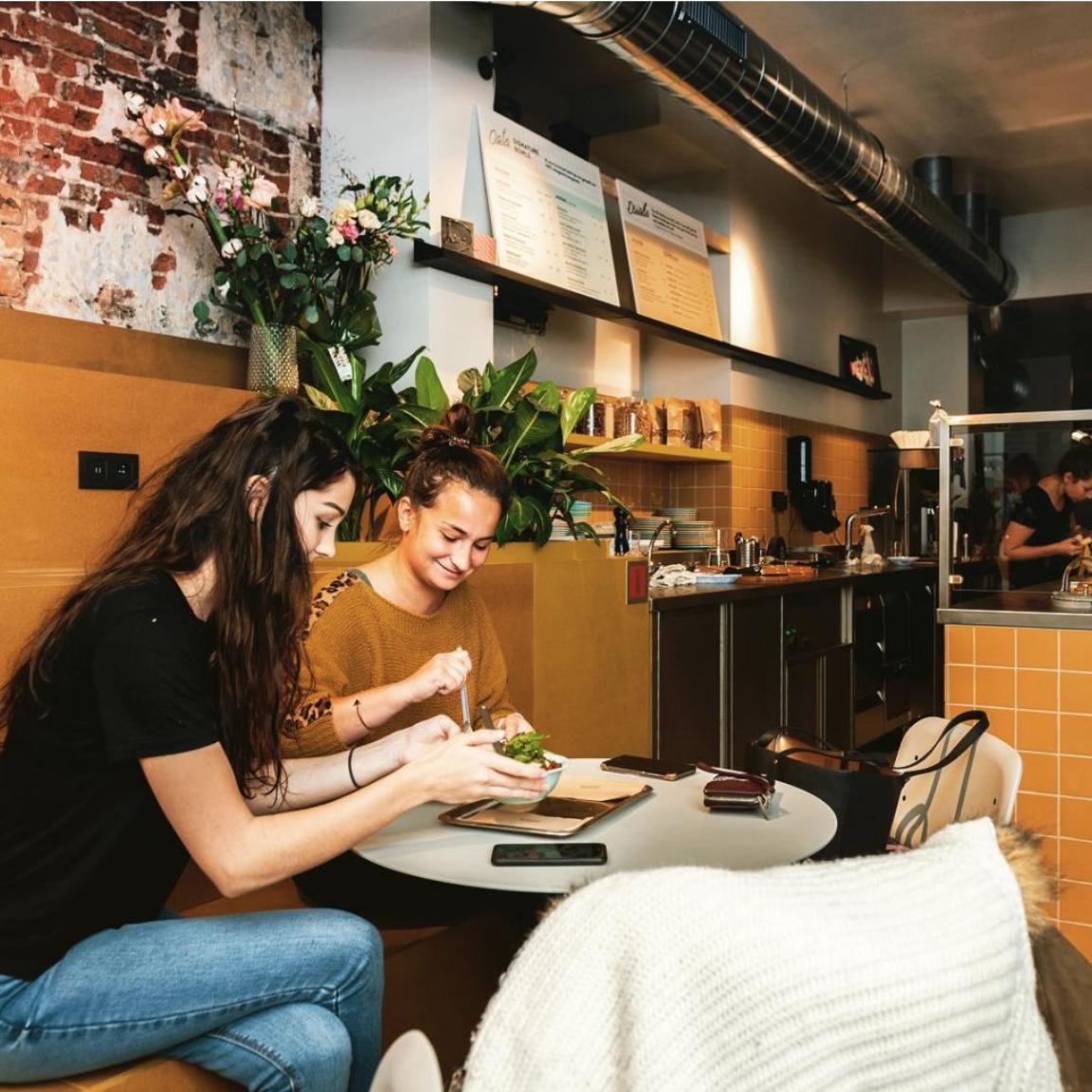 VAB-Magazine - 5X HIP ONTBIJTEN IN GENT (04/01/2019)Vegan of klassiek, snel of traag, gezond of zalige zoete zondes: in Gent is de ontbijtcultuur populairder dan ooit. Vijf hotspots in de Arteveldestad om te ontbijten en de dag heerlijk te starten.OATS DAY LONG - Welkom bij de eerste havermoutbar in de Benelux! Wie boterhammen en croissants even moe is, kan bij Oats Day Long een klassiek ontbijt afwisselen met een havermoutbowl …