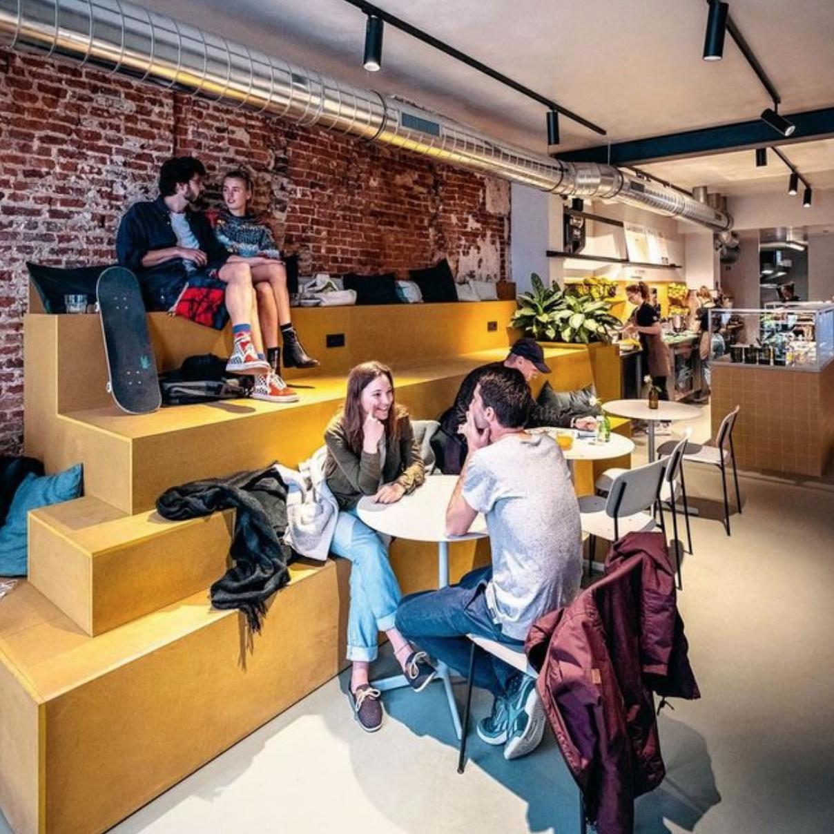 Knack Weekend - DE BAR IS OPEN (22/05/2019)In Gent rijzen nieuwe eetbars en -concepten rijzen als paddenstoelen uit de grond. Van een havermoutbar over een dumpling bar tot een aperitiefbar met disco. Een culinaire rondleiding, boven- en ondergronds.Voor de eerste Belgische havermoutbar moet je naar Gent, waar Anse Vanmassenhove en haar broer Ewout het aandurfden om uit te pakken met een casual concept, gericht op gezondheid …