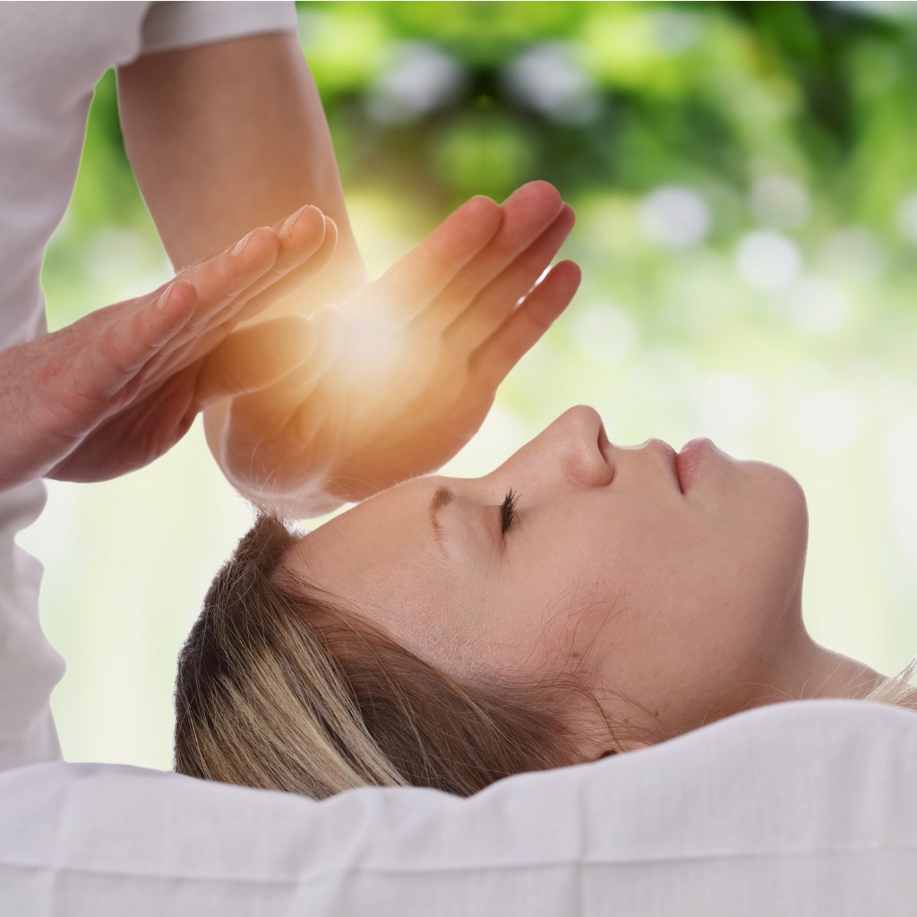 woman-having-reiki-healing-treatment-alternative-medicine-concept-picture-id645777576.jpg