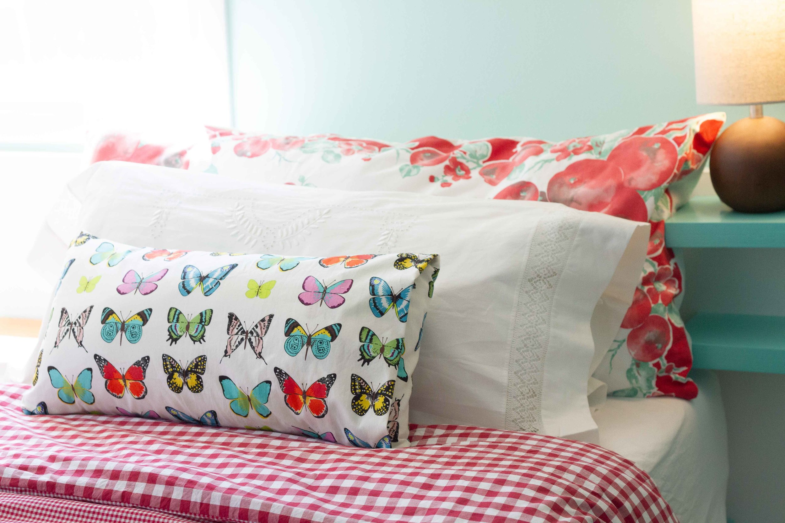 Putting a duvet cover on the duvet can be easy and quick.