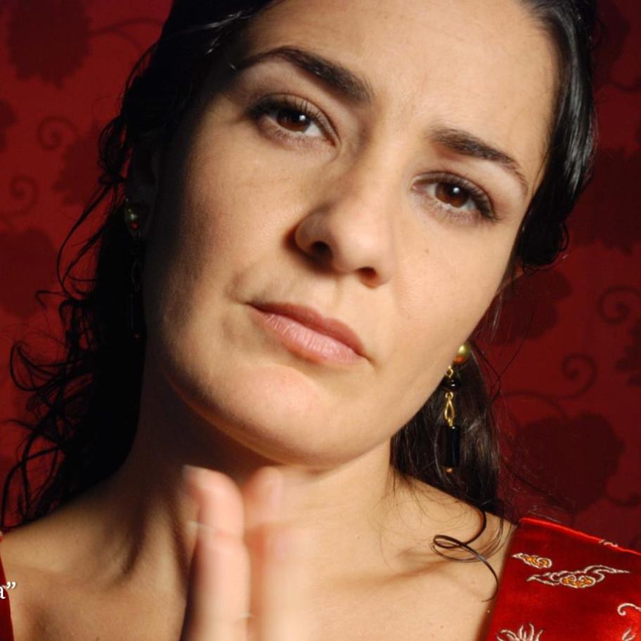 ALBA Guerrero, cantaora - Cantaora nascuda a Huelva i establerta a Barcelona. Llicenciada en Cante flamenc, també ha cursat el Màster d'Estudis Avançats de Flamenc (ESMUC 2010 i 2018). Amb un pas obligat en els seus inicis per tablaos com El Cordobés, Tablao de Carmen o Tarantos a Barcelona, actualment alterna els seus compromisos com cantaora solista en festivals de prestigi internacional amb importants col·laboracions com la realitzada en la pel·lícula-concert Blancanieves de Pablo Berger al costat del guitarrista Chicuelo.La seva experiència com a compositora comença el 2010 amb l'estrena de 7 días al Festival DeCajón! i segueix amb els espectacles Un secreto a voces amb el cor de Gospel Messengers al Festival Flamenc Ciutat Vella, Polifonia Jonda i Pa 'mi Manuela, culminant amb l'edició del seu primer treball discogràfic Seda i esparto (Taller de Músics, 2015) triat com un dels deu millors de flamenc del 2015.L'activitat de l'Alba Guerrero es recolza en tres pilars: l'experiència del cante com a intèrpret, la investigació i la didàctica del flamenc. És autora de la primera metodologia per a l'ensenyament del cante flamenc Método de Cante Flamenco Global.www.albaguerrero.com