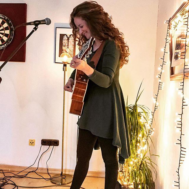 Samstag. Yayyyy hat das Spaß gemacht @fegduisburgcity 🤗 Danke 📸 @_timomartin aus der ersten Reihe 😉 #sofaconcerts @sofaconcerts  #singersongwriter #erstereihe #tamborin #fuss #ontheroad #deutschesingersongwriter #singen #rasseln #spielen #gitarre #bosesoundsystem #shurebeta58